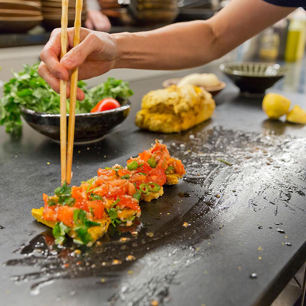 Pronaturstein Österreich - Kim kocht auf Naturstein - ein Projekt von der Gersthofer Steinbaumeister GmbH - Schauküche im Chingu